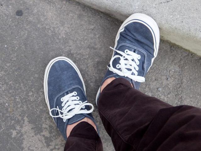 バンズのスニーカーに足を噛まれて痛い
